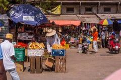 Lopp runt om Afrika Turister och lokaler på den nationella marknaden royaltyfri fotografi