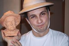 Lopp runt om Frankrike En bärande hatt för man med den lilla bysten av en bärande hatt för gamal man arkivbild