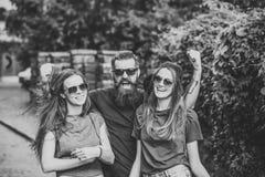 Lopp runt om landet Flickvänner och den skäggiga pojkvännen ler på sommarsemester Royaltyfria Foton