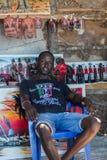 Lopp runt om Tanzania Attraktiva afrikanska män som sitter på soffan i caféen royaltyfria foton