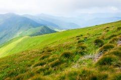 Lopp som trekking, natur Majestätiska höga gröna berg Horisontal inrama royaltyfri fotografi