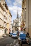 Lopp till Paris som beundrar den Saint Laurent kyrkan på boulevard D Arkivbilder