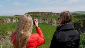 Lopp till vägbankkusten - Dunseverick slott stock video