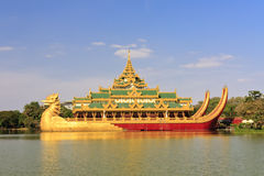 lopp yangon för asia karaweikmyanmar slott royaltyfri fotografi
