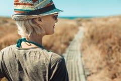 Loppaffärsföretag som fotvandrar kvinnabegrepp Solig modestående för utomhus- sommar av den nätta kvinnan royaltyfria bilder