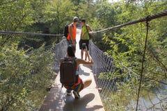 Loppaffärsföretaget och att fotvandra aktiv och sund livsstilen den aktivitet, på sommarsemester och helg turnerar Turist med ryg Arkivbild