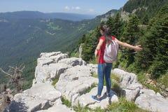 Loppaffärsföretaget och fotvandraaktivitet i aktiv och sund livsstilen den berg, på sommarsemester och helg turnerar Royaltyfria Foton