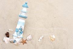 Loppbanermall Foto av fyren och snäckskalen Turist- havsbakgrund St?mpel med ett nautiskt tema royaltyfri bild