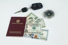 Loppbegrepp, colombianskt pass med dollarr?kningar f?r lopp utomlands royaltyfri bild