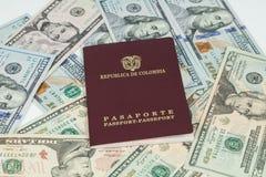 Loppbegrepp, colombianskt pass med dollarr?kningar f?r lopp utomlands royaltyfria bilder