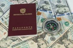 Loppbegrepp, colombianskt pass med dollarr?kningar f?r lopp utomlands royaltyfria foton