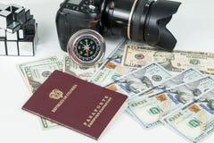 Loppbegrepp, colombianskt pass med dollarr?kningar f?r lopp utomlands arkivfoto