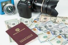 Loppbegrepp, colombianskt pass med dollarr?kningar f?r lopp utomlands arkivbilder