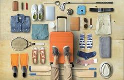 Loppbegrepp med en stor resväska arkivbild
