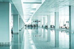 Loppbegrepp. Modern flygplatsterminal Royaltyfria Foton
