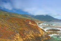 Loppbegrepp och idéer Området av molniga berg Arkivfoto