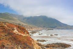Loppbegrepp och idéer Området av molniga berg och fantastisk sikt av den Stillahavs- kustlinjen Arkivfoton