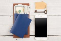 Loppbegrepp - pass, pengar, ilar telefon- och hotelltangent Arkivfoton