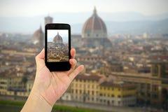 Loppbegrepp - turist- tagande foto av den Florence staden på den mobila grejen, Italien Arkivbild