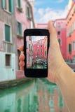 Loppbegrepp - turist- tagande foto av kanalen, gondol, fartyg i Venedig, Italien på den mobila grejen Royaltyfri Bild