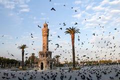 Loppbegreppsfoto; Turkiet/Izmir/Konak/historiskt gammalt klockatorn/Konak fyrkant arkivbilder