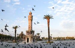Loppbegreppsfoto; Turkiet/Izmir/Konak/historiskt gammalt klockatorn/Konak fyrkant fotografering för bildbyråer