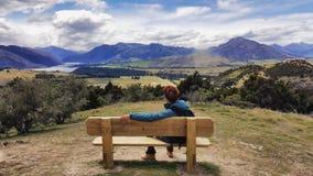 Loppbild av den unga mannen som beundrar härligt nyazeeländskt landskap royaltyfri foto
