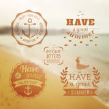 Loppdesignuppsättning av logoen för sommarsemester Lagun mellan ön med blått vatten _ Arkivfoton