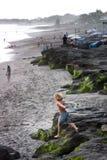 Loppdestinationen, upptäcker att surfa paradis Ung pojkesurfarespring in mot stranden, Canggu, Bali, Indonesien 28 September 2016 fotografering för bildbyråer
