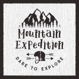 Loppemblemuppsättning tecknad handtappning Campa etikettbegrepp Designer för bergexpeditionlogo Utomhus- vandringemblem vektor illustrationer