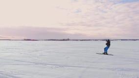 loppet för konkurrens för flyg- extrem sportsnö för vintern 4K skidar det kiting med olika färgrika snö-drakar, snowboarders över lager videofilmer