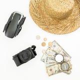 Loppferiebegrepp med surret, sugrör, kameran, tappningkompasset och USA kassa på vit bakgrund Lekmanna- lägenhet, bästa sikt arkivfoto
