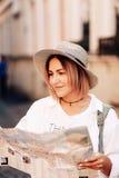Lopphandbok Ung kvinnlig handelsresande med ryggsäcken och med översikten på gatan för dublin för bilstadsbegrepp litet lopp över Royaltyfria Bilder