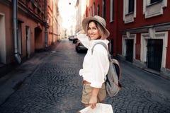 Lopphandbok Ung kvinnlig handelsresande med ryggsäcken och med översikten på gatan för dublin för bilstadsbegrepp litet lopp över Royaltyfri Foto