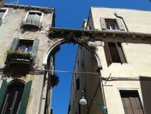 LoppItalien Venedig gamla Windows Grand Canal byggnader Arkivfoto