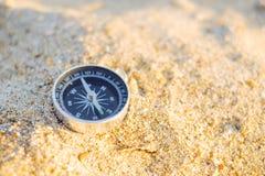 Loppkompass på sand royaltyfria bilder