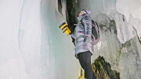 Loppkvinna på isgrottan av Lake Baikal Tur som övervintrar ön Flickafotvandraren är att gå av isgroten Handelsresandeblickar arkivfilmer