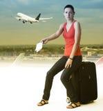 Loppkvinnan missa hennes flyg royaltyfri foto