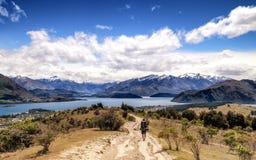 Lopplandskap av en fotvandrare med en ryggsäck på Wanaka, Nya Zeeland fotografering för bildbyråer