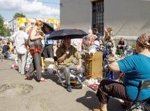 Loppmarknadsäljare på en varm dag Arkivfoto