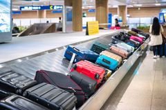 Lopppåse på bältet i flygplats royaltyfri fotografi