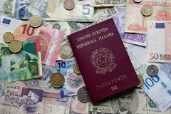 Lopppengar och italienarepass Arkivbild