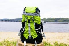 Loppryggsäck på naturbakgrunden Royaltyfri Bild