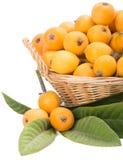Loquaten bär frukt i korgen Royaltyfri Bild