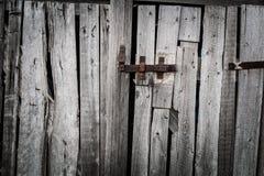 Loquet rouillé sur les portes photographie stock libre de droits