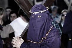 Pénitents dans a par l'intermédiaire de Crucis avec des croix à Lorca Photographie stock libre de droits