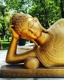 Lord Buddha et x27 ; statue d'or de s images stock