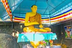 Lord Buddha med en kruka Arkivfoton