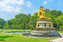Lord Buddha meditante nel parco di Viharamahadevi di Colombo Fotografia Stock