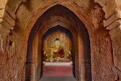 Lord Buddha skulptursammanträde i meditation inom forntida templ Royaltyfri Bild